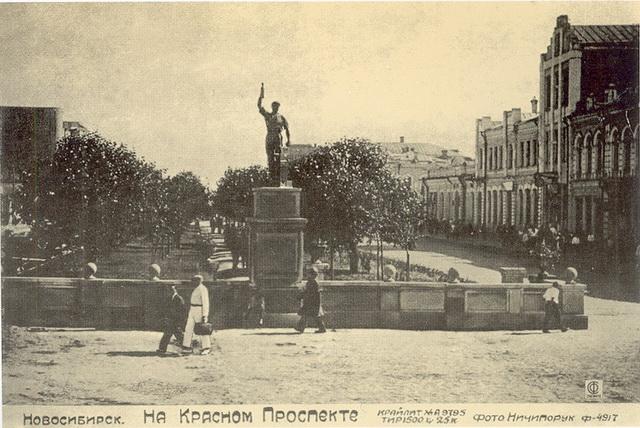 Новосибирск, Памятник молотобойцу на месте бывшей и нынешней часовни